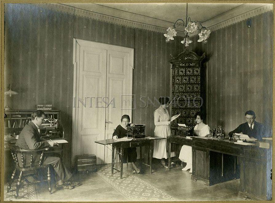 Impiegati in un ufficio della Banca Commerciale Italiana e Romena, succursale di Braila, anni Venti