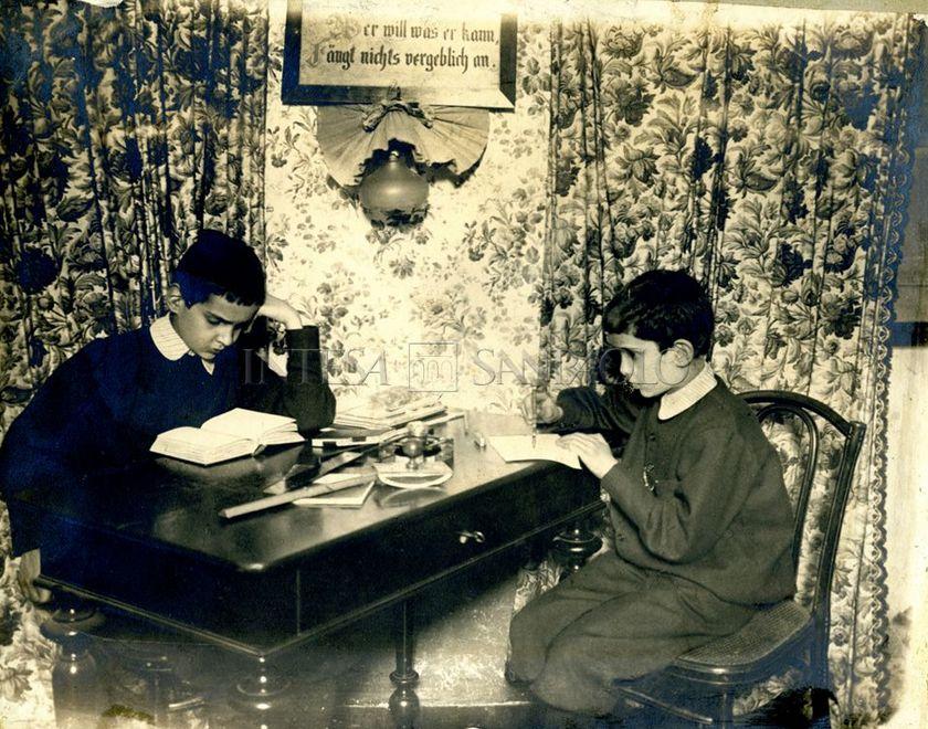 Rodolfo e Alessandro Joel al banco di scuola, 1895-1900 circa (fotografo sconosciuto)