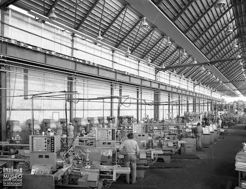 Operai nei capannoni dello stabilimento SACE - di Bergamo , 1960-1970, Da Re