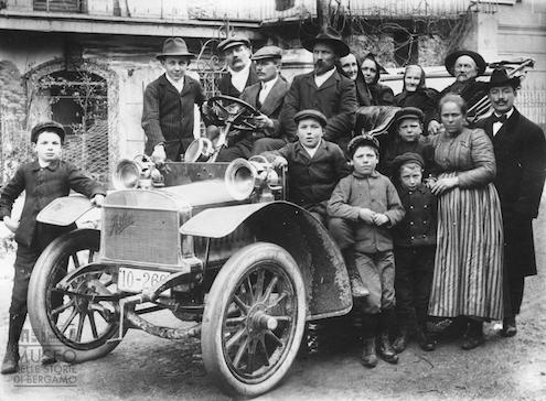 Ritratto della famiglia Mostacchi, Piazza Brembana (1910), Eugenio Goglio