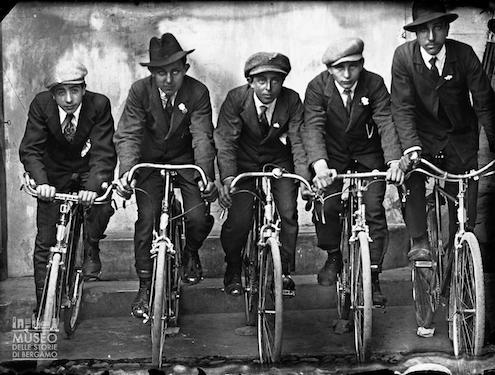 Ritratto di un gruppo in bicicletta, Piazza Brembana (1900-1924), Eugenio Goglio