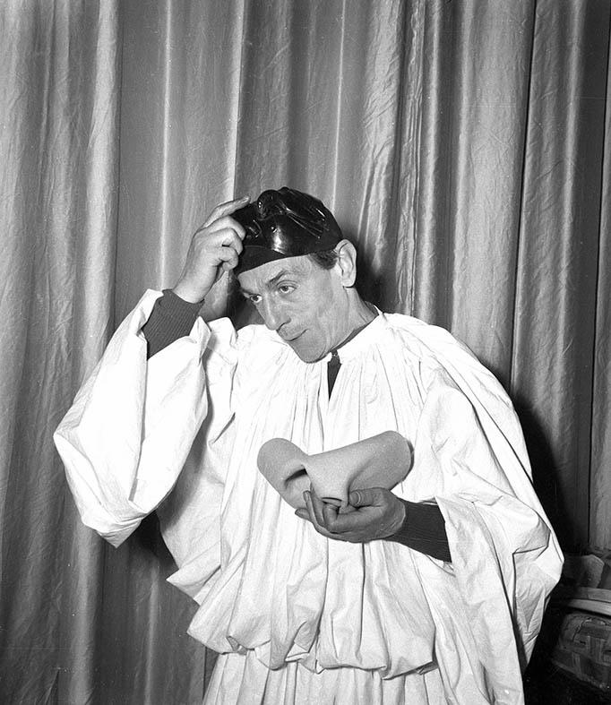 1954 De Filippo, al Teatro San Ferdinando, interpreta Pulcinella