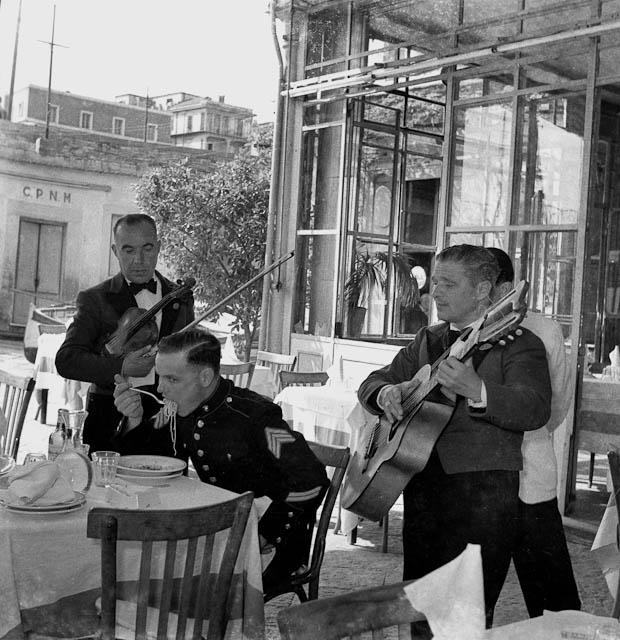 Anni'50 Un sergente dei Marines mangia un piatto di spaghetti