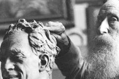 1926 Lo scultore Vincenzo Gemito lavora al busto di Raffaele Viviani