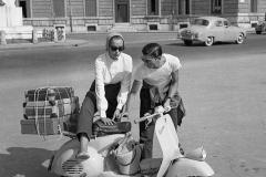 1958 partenza per le ferie in Vespa