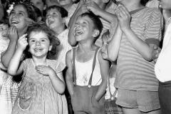 Bambini al teatro delle Guarattelle, spettacolo di burattini a guanto tipico della tradizione popolare napoletana