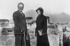 Anni Trenta Trotsky con la moglie a Pompei