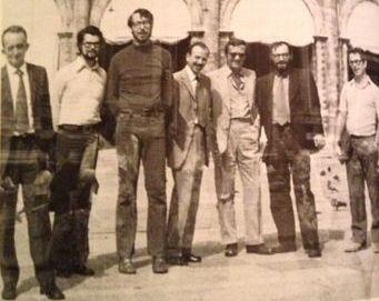 """Bologna, Piazza Maggiore, dopo la paura della relazione in plenaria \""""Sociolinguistics and Linguistic Change\"""" al Congresso Internazionale dei Linguisti, 1973"""