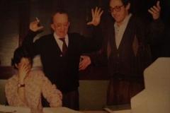 Roma, redazione del GRADIT: tdm e Marco Mancini in attoc di lieto e incredulo stupore dinanzi al dattiloscritto di un lavoro terminato (ma non era vero) da Raffaella Petrilli