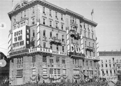 Reparto Attualità: 1938, Viaggio del Duce nel Veneto, Piazza Oberdan in attesa dell'arrivo di Mussolini, 18.09.1938