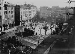 1930: piazza fontana con tram, carrozze e taxi, Archivio fotografico ATM
