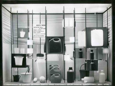 """Aldo Ballo, Vetrine del negozio """"Moroni Gomma"""", giugno 1959"""