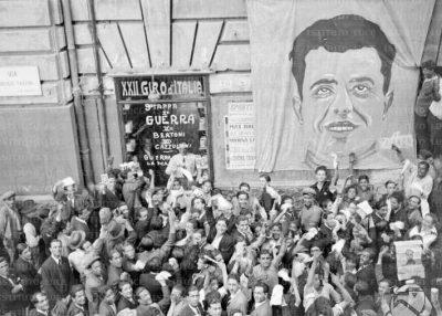Un folto gruppo di tifosi inneggia alla vittoria di Guerra nella nona tappa del XXII Giro d'Italia, maggio 1934, Archivio fotografico Roberto Amoroso